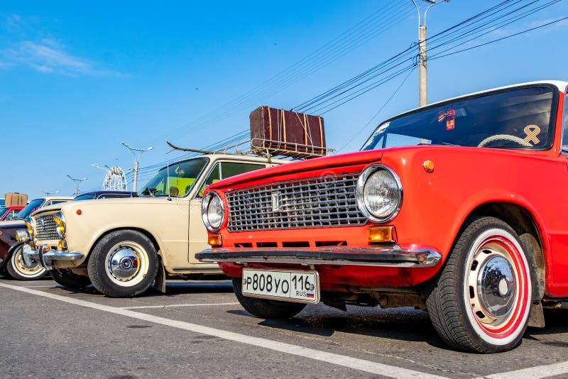 Carros velhos no parque de estacionamento Vaz 2101 a cidade de Cheboksary, Rússia, 22/09/2018 fotografia de stock royalty free