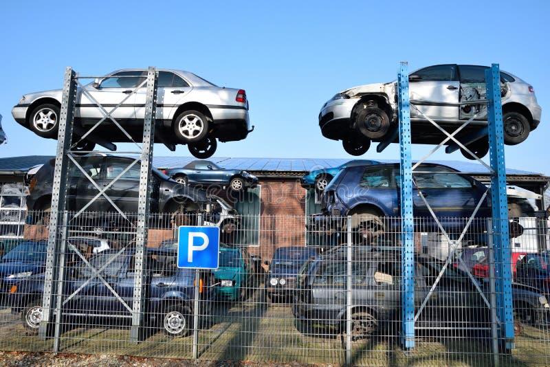 Carros velhos para reciclar na jarda 2015 da sucata imagens de stock