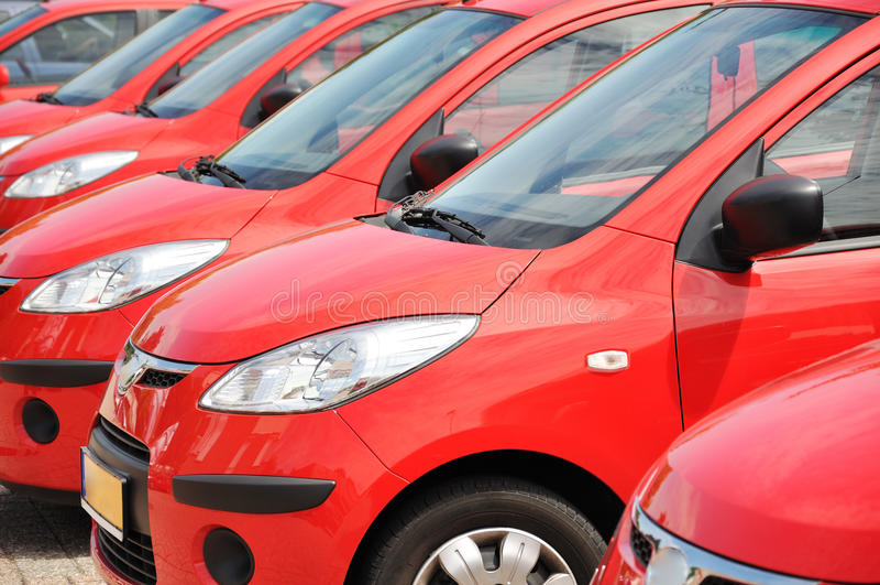 Carros vermelhos da cidade fotografia de stock royalty free
