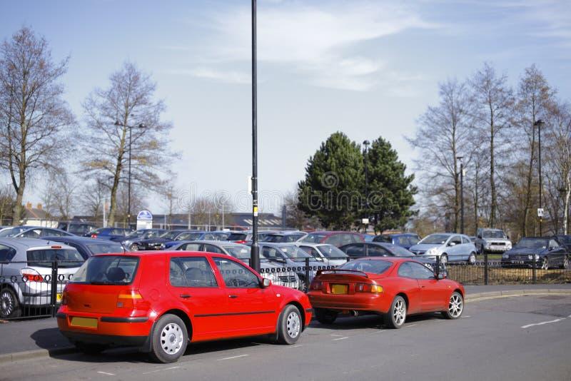 Carros vermelhos estacionados fotografia de stock royalty free