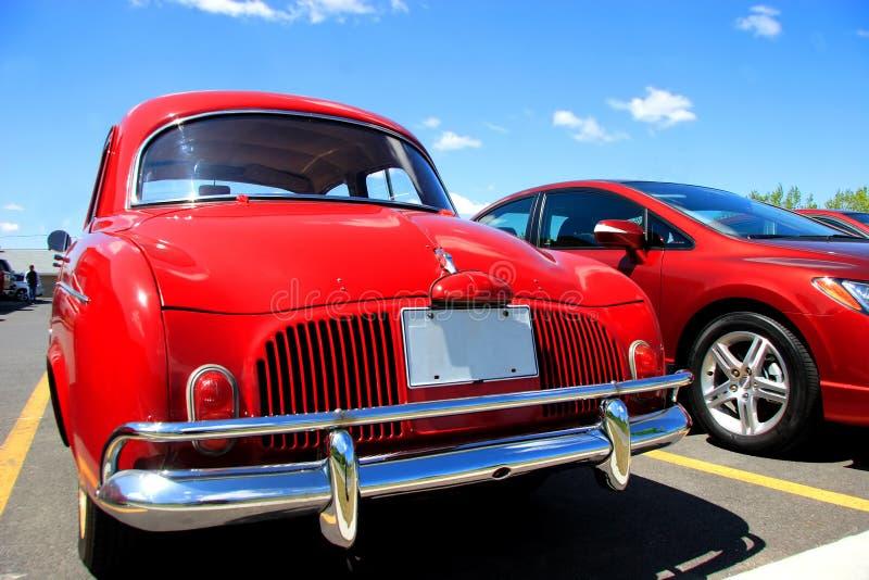 Carros vermelhos no lote de estacionamento fotos de stock