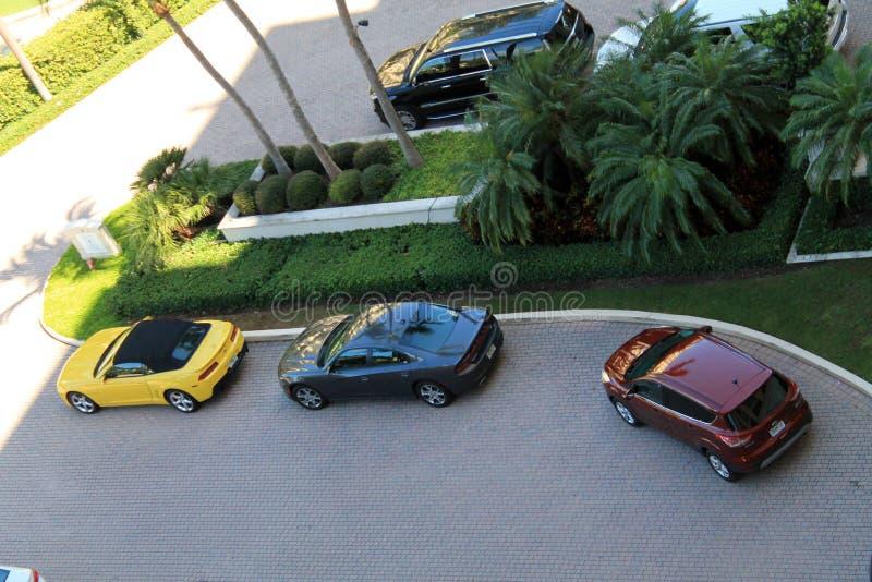 Carros vistos de cima no recurso luxuoso de Key Biscayne foto de stock