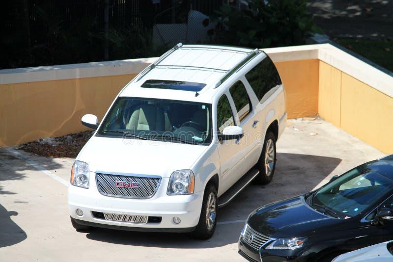 Carros vistos de cima no recurso luxuoso de Key Biscayne fotos de stock