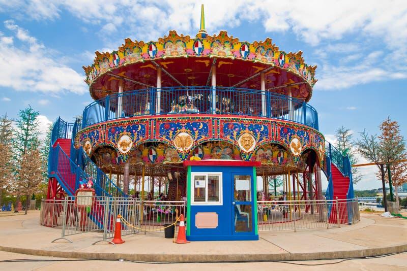 Carrossel da ponte dobro no parque de diversões das crianças fotografia de stock