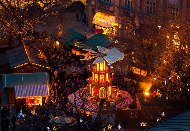 Carrossel de madeira típico do Natal, Munich imagens de stock royalty free