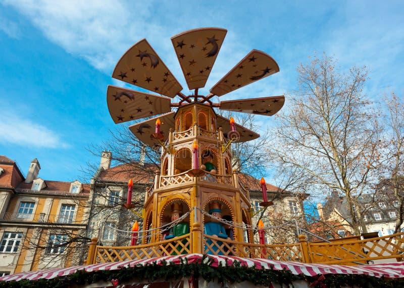 Carrossel de madeira típico do Natal, Munich foto de stock royalty free