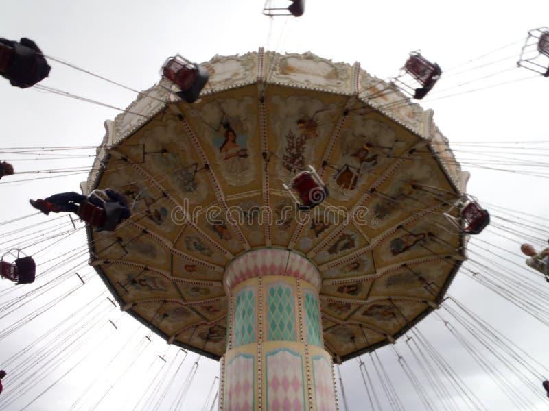 Carrossel do balanço da celebração no grande parque de América foto de stock