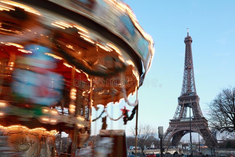 Carrossel do vintage, torre Eiffel em Paris fotografia de stock