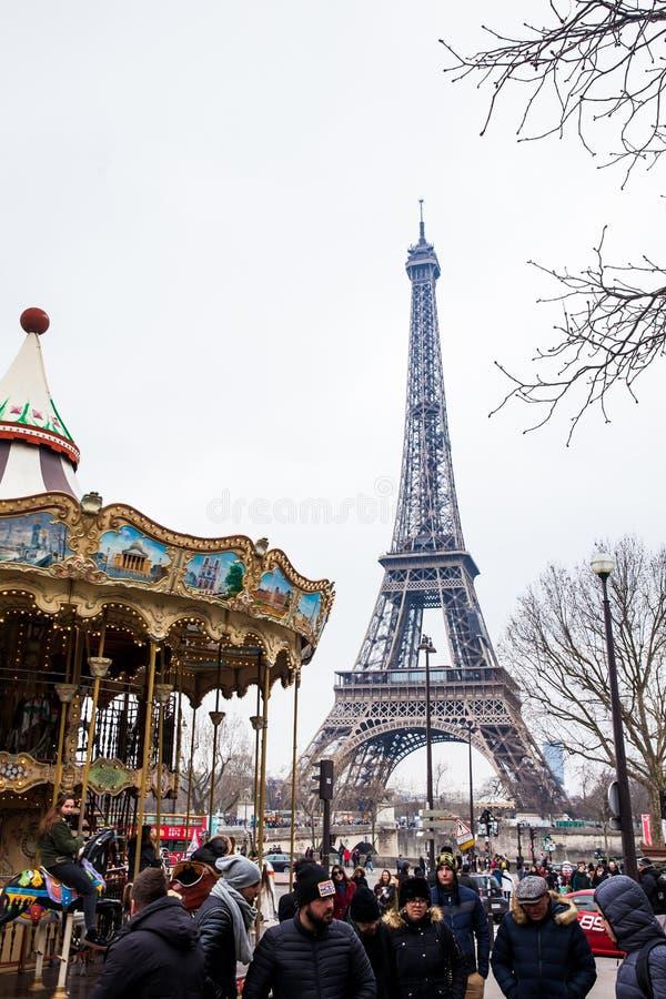 Carrossel e a excursão Eiffel no fim do inverno fotografia de stock