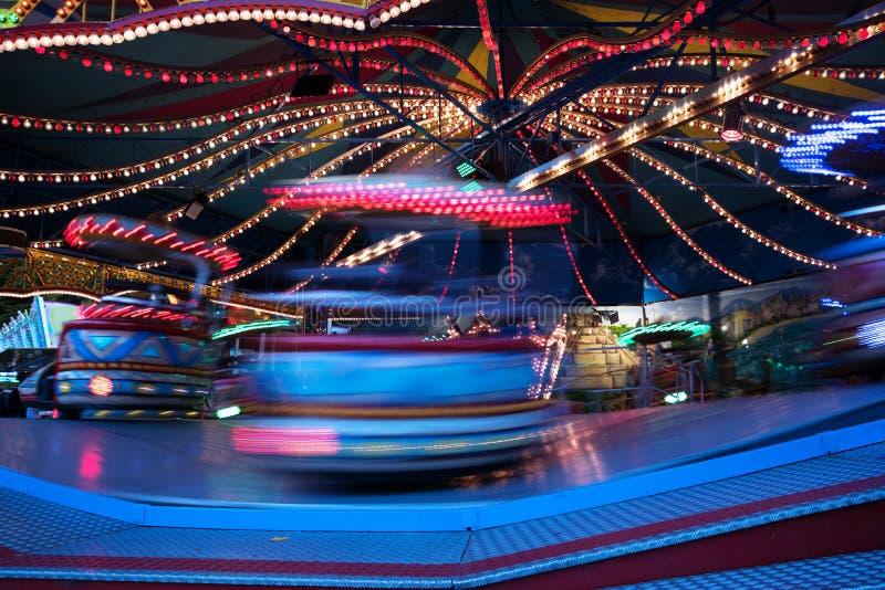 Carrossel rápido no mercado do Natal, exposu longo do passeio do funfair foto de stock royalty free