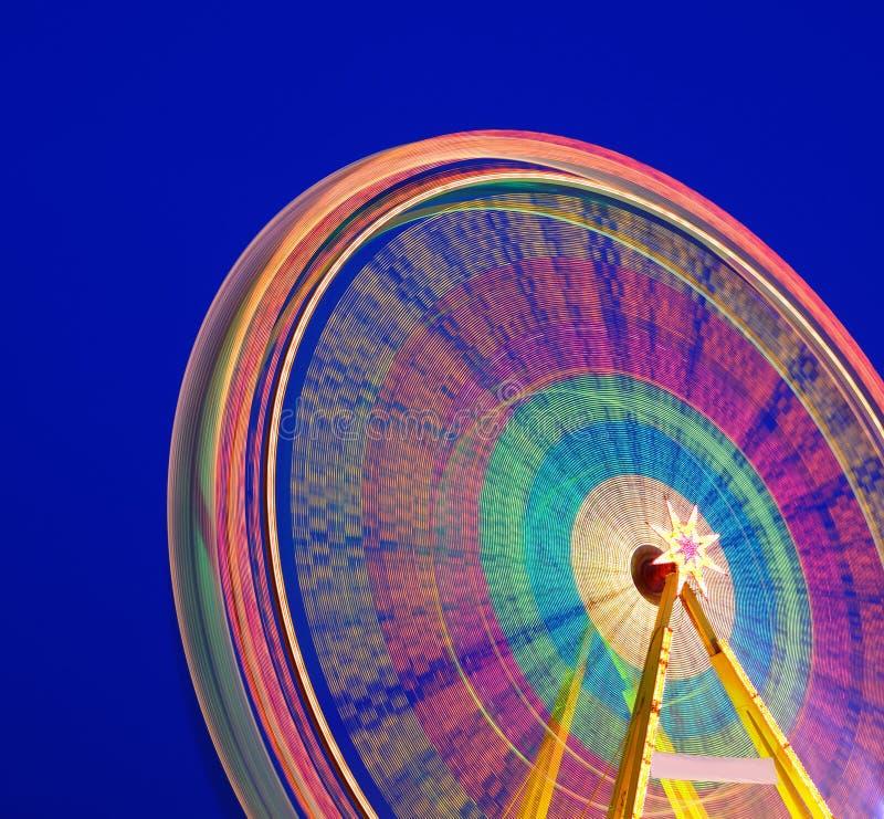 Carrossel. Roda de Ferris em um fundo azul. imagens de stock