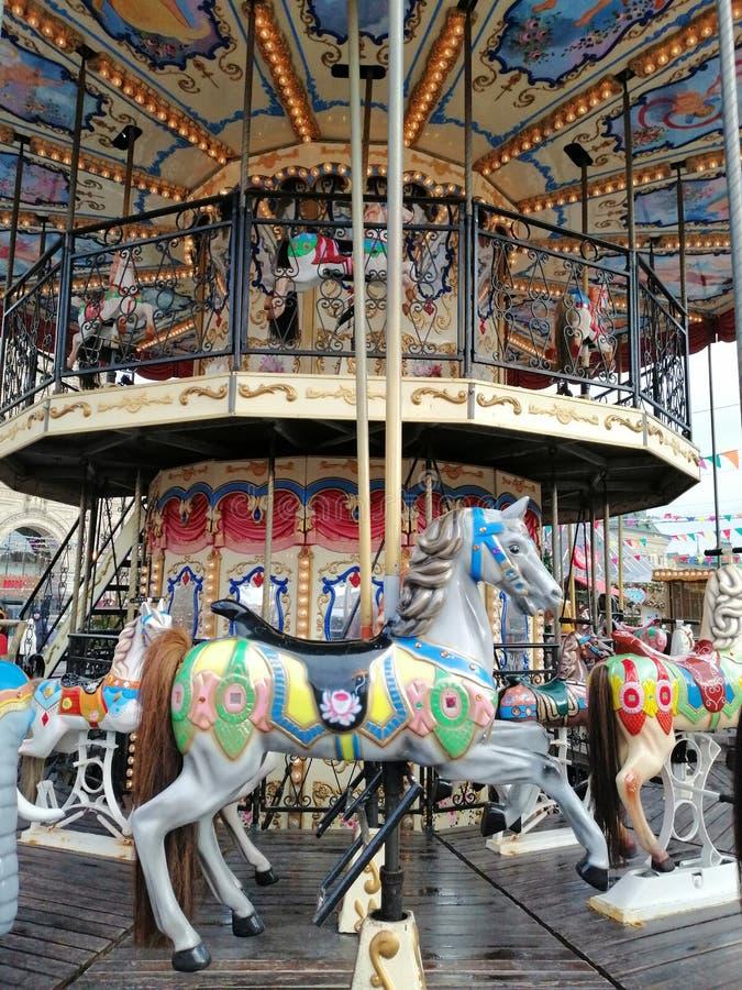 Carrousel à la foire Cheval photos stock