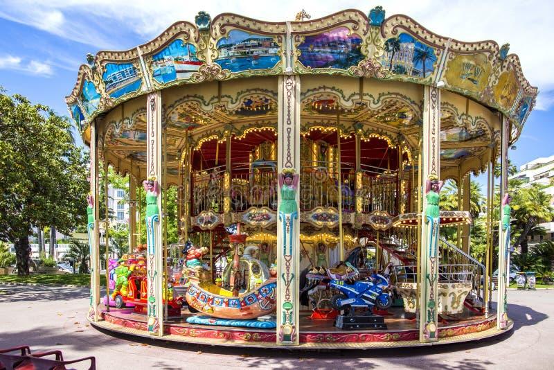 Carrousel in Cannes Klassieke en kleurrijke oude vrolijk gaat rond in Cannes, Frankrijk royalty-vrije stock foto