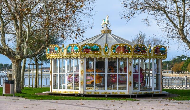 Carrousel coloré en parc avec les chevaux en bois image libre de droits