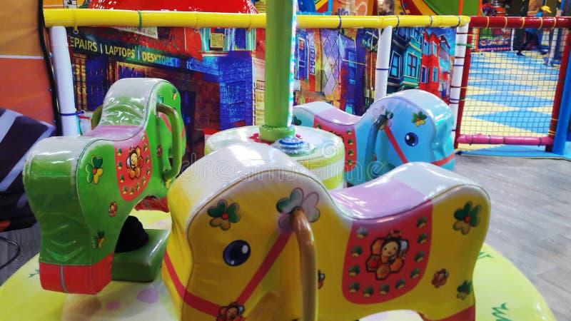 carrousel coloré multi d'enfants sous forme de chevaux photo stock