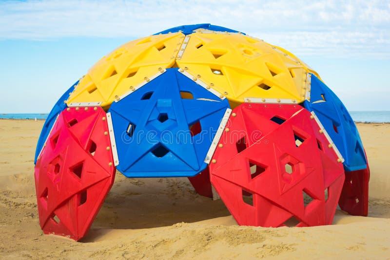 Carrousel coloré sur la plage pour des enfants images libres de droits