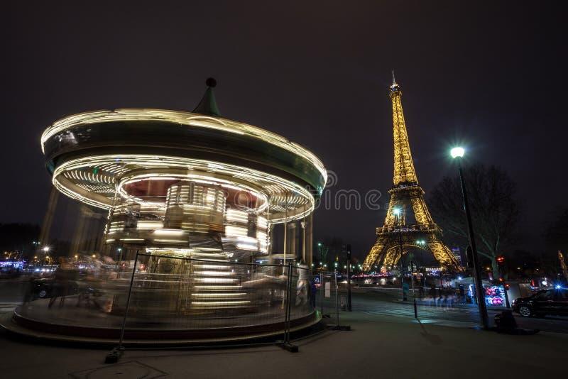 Carrousel de cru et Tour Eiffel lumineux la nuit, Paris image libre de droits