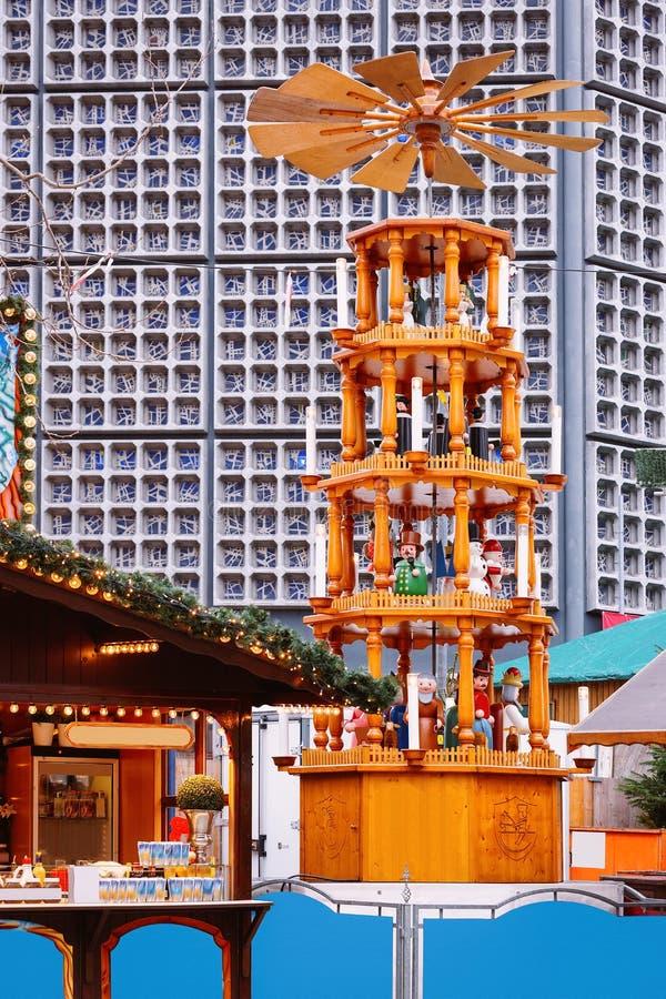 Carrousel de Noël sur le marché de Noël chez Kaiser Wilhelm Memorial Church en hiver Berlin, Allemagne Advent Fair Decoration et photos libres de droits