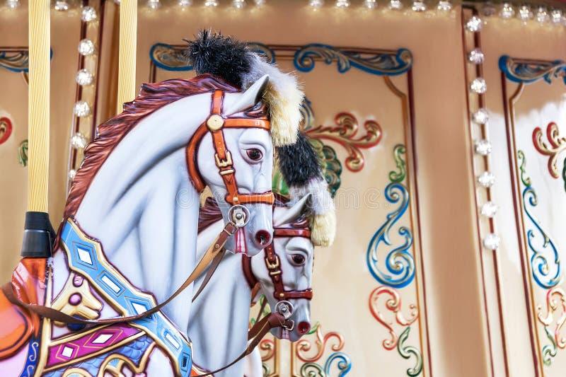 Carrousel! De paarden op uitstekend, retro vrolijk Carnaval gaan rond stock foto's