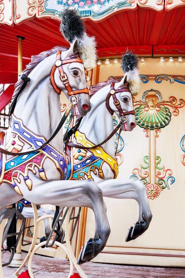 Carrousel! De paarden op uitstekend vrolijk Carnaval gaan rond royalty-vrije stock foto