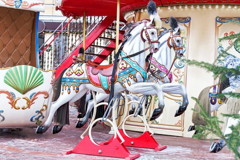 Carrousel! De paarden op uitstekend vrolijk Carnaval gaan rond stock afbeeldingen