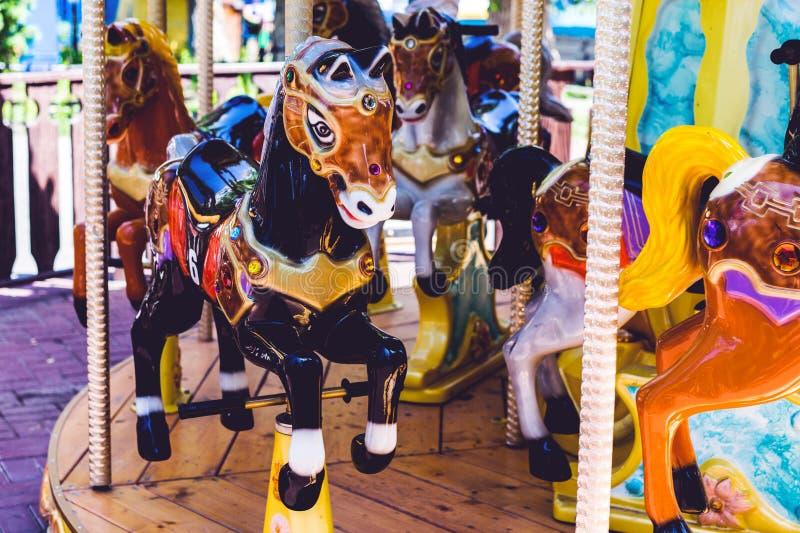 carrousel De paarden op Vrolijk Carnaval gaan rond royalty-vrije stock foto's