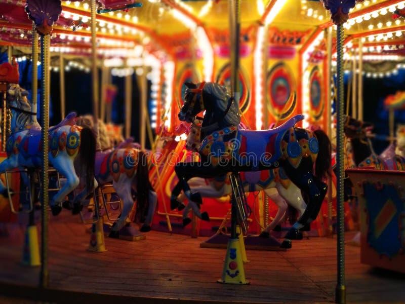 Carrousel en parc d'attractions de ville image libre de droits