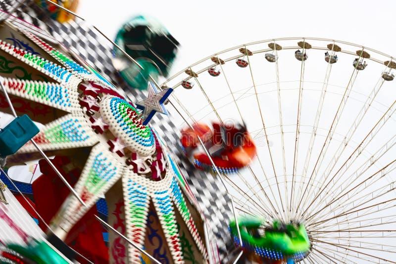 Carrousel en vrolijk-gaan-rond stock afbeeldingen