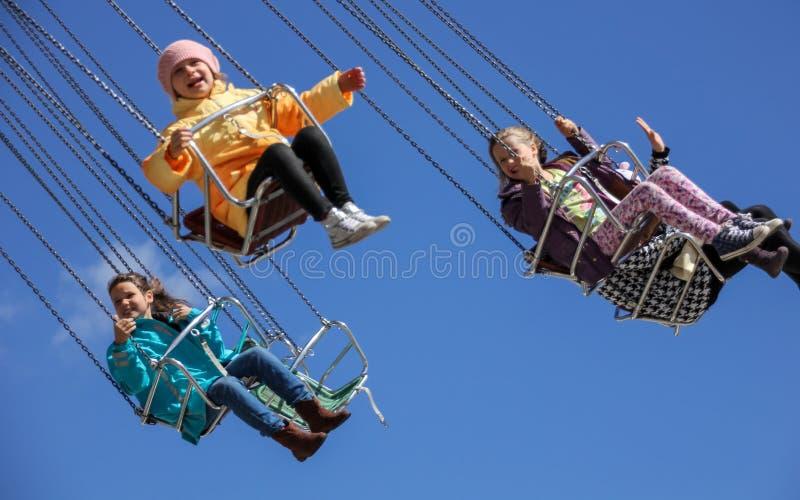 Carrousel et enfants heureux images libres de droits