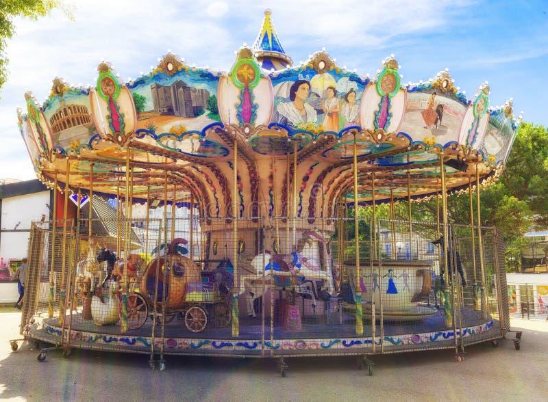 Carrousel extérieur de cheval de vol de vintage dans la la ville photographie stock