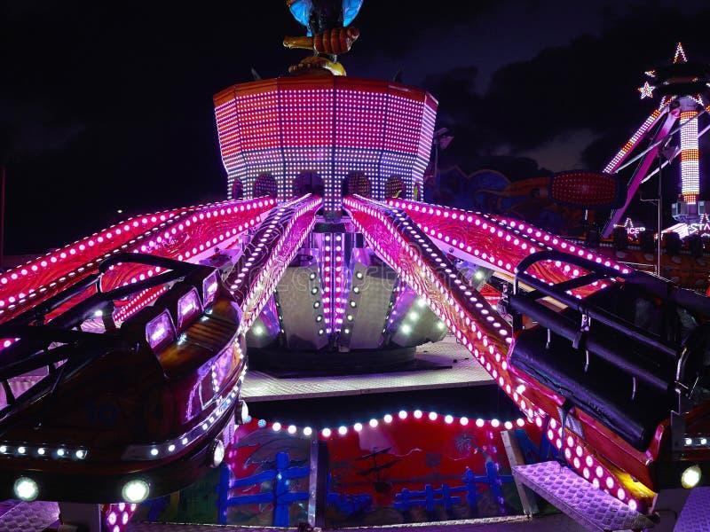 Carrousel lumineux de manège la nuit images stock