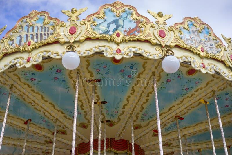 Carrousel, manège, beau jeu pour des enfants avec la couleur image stock