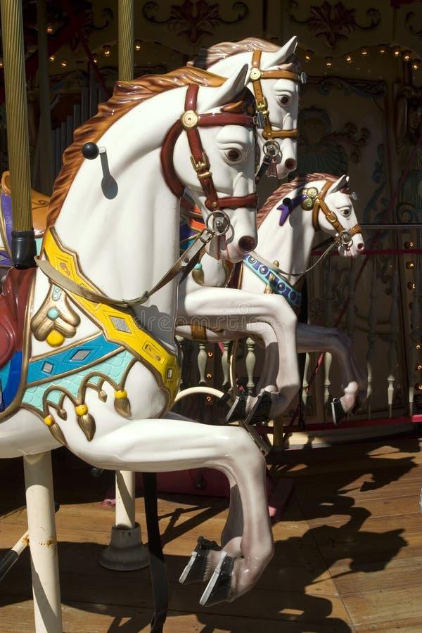 Carrousel met wit paard stock foto's