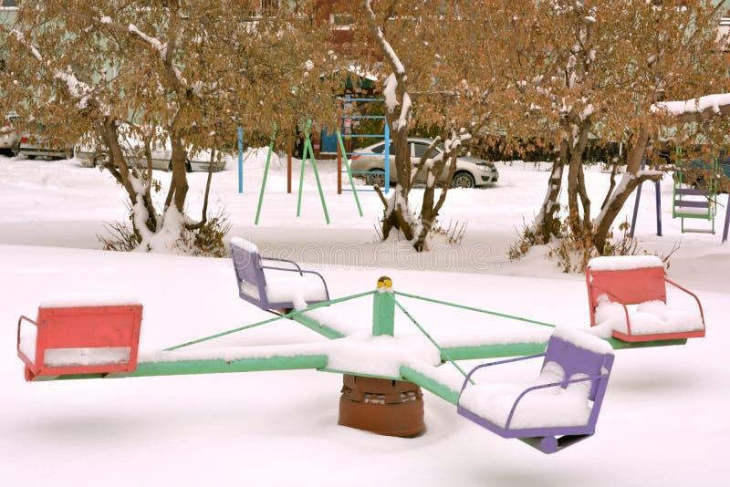 Carrousel op een witte achtergrond met sneeuw royalty-vrije stock foto's