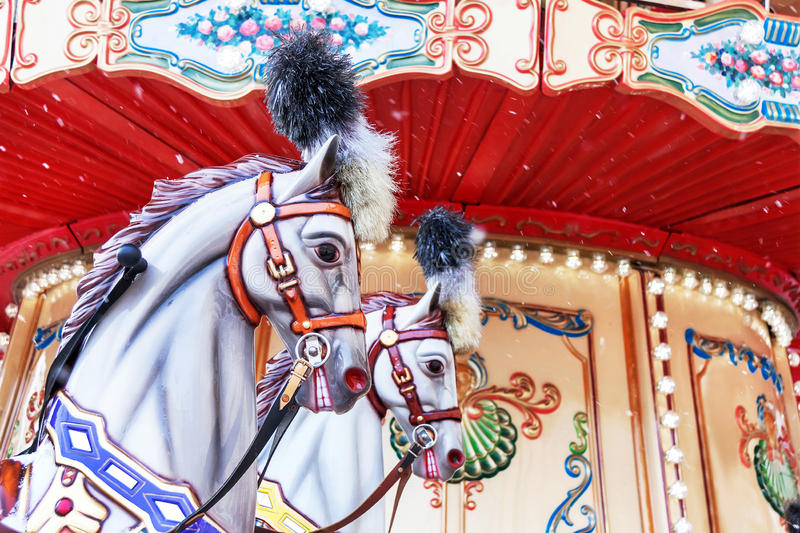 Carrousel! Paarden op uitstekend Carnaval vrolijk-gaan-rond stock foto's