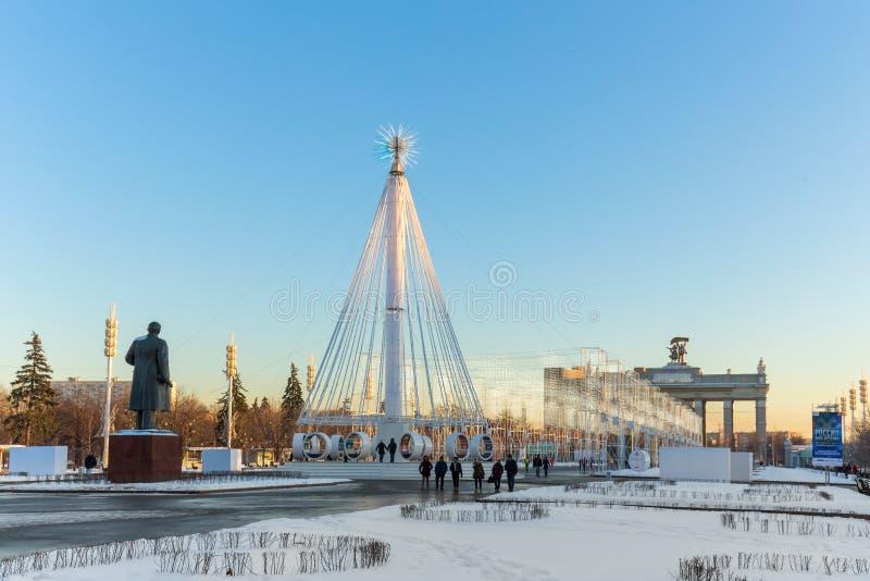Carrousel sur la place devant le pavillon central de ` de `, VDNKH, Moscou, janvier 2017 images stock