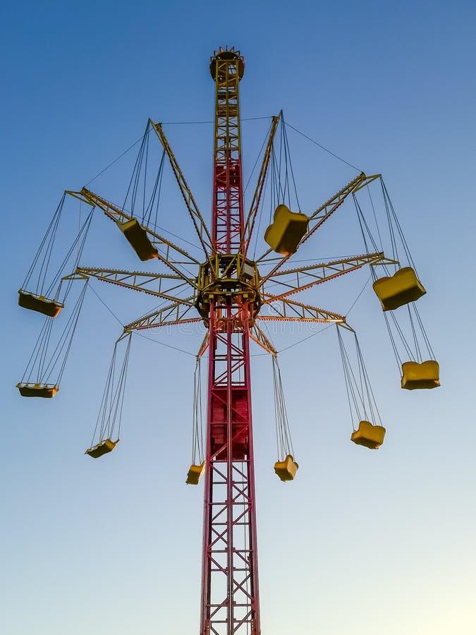 Carrousel tegen de hemel, de aantrekkelijkheid zonder mensen royalty-vrije stock afbeeldingen