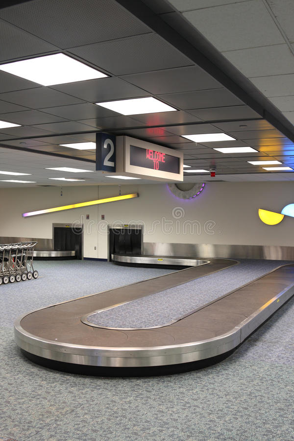 Carrousel vertical de réclamation de bagages d'aéroport photo stock