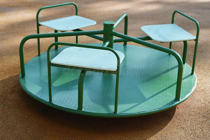 Carrousel vide vert rond images stock