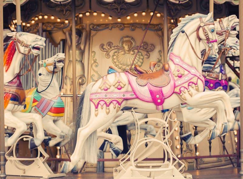 Carrousel vrolijk-gaan-om het paard uitstekende achtergrond van Parijs royalty-vrije stock afbeeldingen