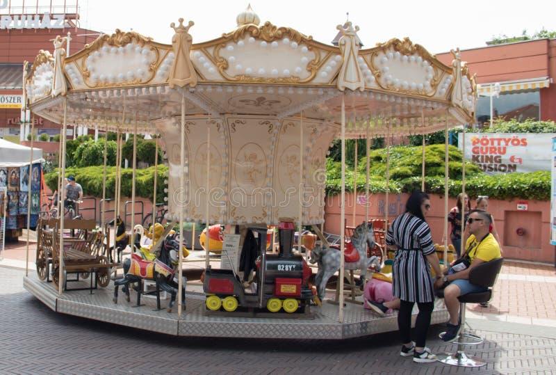 Carrouselstuk speelgoed met paarden in pretpark voor kinderen stock afbeelding