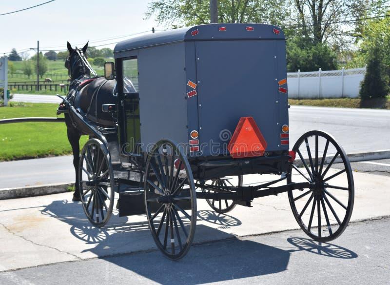 Carrozza a cavalli parcheggiata nella contea di Lancaster fotografia stock libera da diritti
