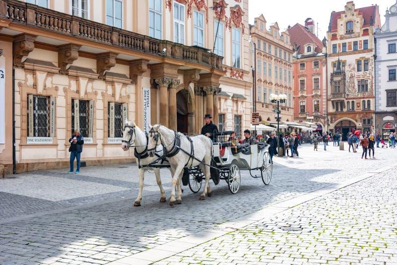 Carrozza di cavalli in piazza a Stare Mesto, Praga, Repubblica Ceca immagini stock