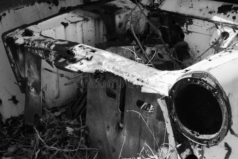 Carrozzeria fuori arrugginita in tettoia abbandonata immagini stock libere da diritti