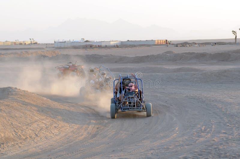 Carrozzini della duna che corrono nel deserto fotografia stock libera da diritti