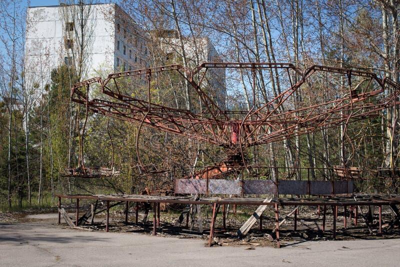Carrusel abandonado en un parque de atracciones en el centro de la ciudad de Pripyat, el desastre de Chernóbil, la zona de exclu imagen de archivo libre de regalías