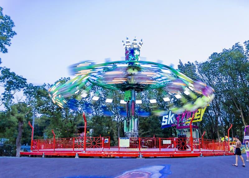 Carrusel colorido que hace girar en el parque de atracciones en la noche foto de archivo libre de regalías