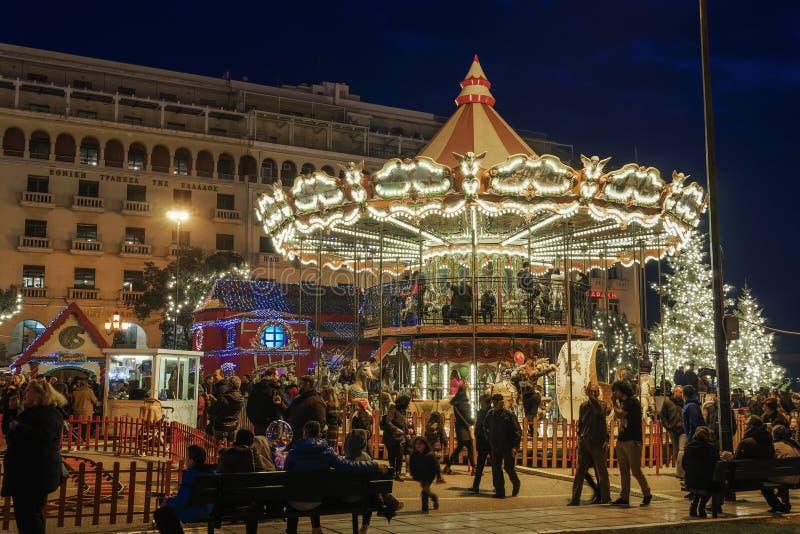 Carrusel de las decoraciones de la Navidad 2018 de Salónica, Grecia en el cuadrado de Aristotelous fotos de archivo