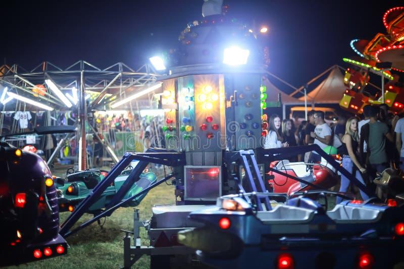 Carrusel del coche en parque de atracciones fotografía de archivo