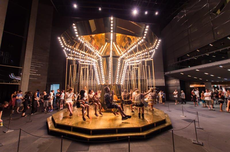 Carrusel dentro del National Gallery de Victoria durante la noche blanca imágenes de archivo libres de regalías